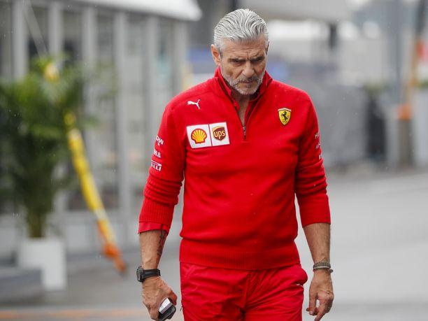 Maurizio Arrivabene ja muu Ferrari-väki pitää lauantai-iltana pitkän palaverin aika-ajojen tapahtumista.