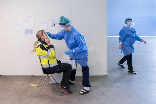 Länsi-Pohjan sairaanhoitopiirin johtajaylilääkäri Jyri J. Taskila pelkää, että alueen testauskapasiteetti ei välttämättä riitä, jos monet ruotsalaiset saapuvat Suomeen. Kuvituskuva.