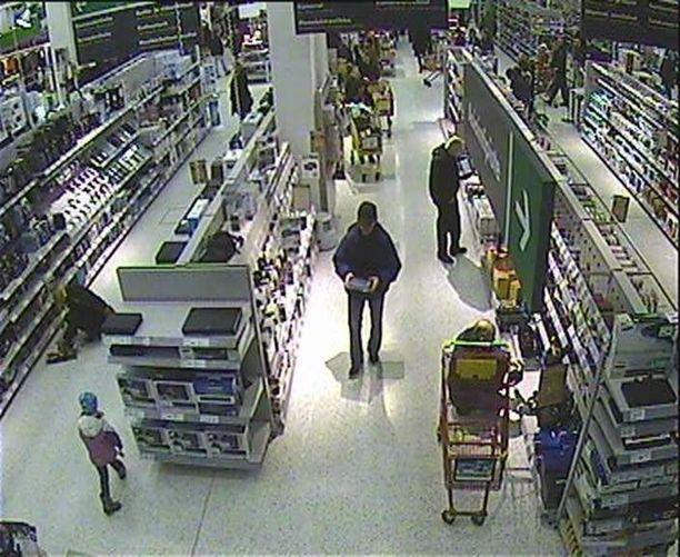 Varkaudet selvitettiin kauppaliikkeiden ja poliisin yhteistoimin. Valvontakamerakuvaa Iso Omenan kauppakeskuksesta. Kuvan henkilöt eivät liity rikoksiin.
