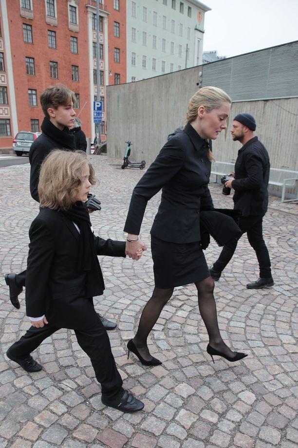 Klara Kivilahti saapui isänsä hautajaisiin perheineen.