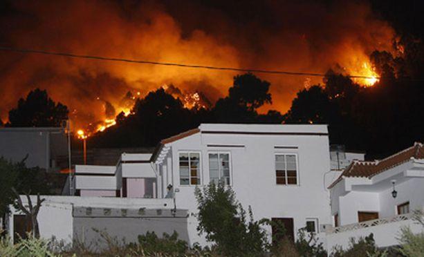 Sadat palomiehet taistelevat liekkejä vastaan Kanarian La Palmalla.