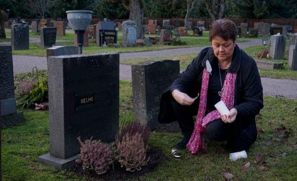Anne Samula käy edelleen Helmin haudalla. Ystävyyssuhteesta iäkkään naisen kanssa jäi taksikuskille lämpöiset muistot.