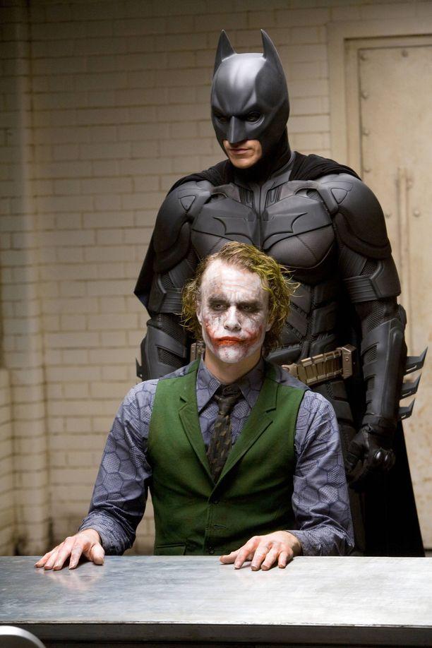 Ikimuistoinen roolisuoritus Jokerina toi Heath Ledgerille Oscarin. Taustalla Christian Bale.