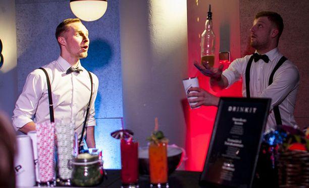VIP Bartendersin Nico Välimäki ja Miika Mehtiö vauhdissa.