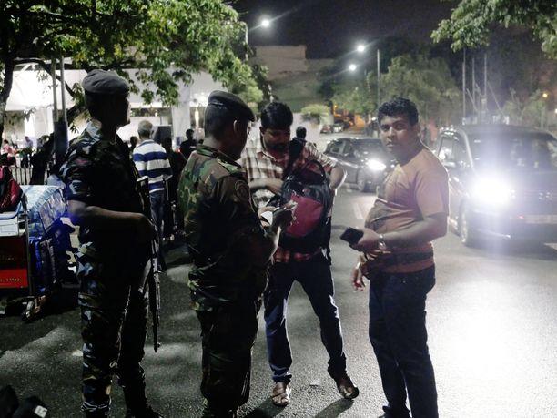 24 ihmistä on pidätetty epäiltyinä osallisuudesta Sri Lankan pommi-iskuihin, maan viranomaiset kertovat.