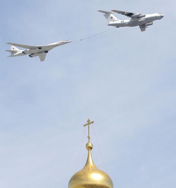 Tankkauskone ja Tuoplev 160 -pommikone Kremlin yllä osana voiton päivän juhlallisuuksia toukokuussa.