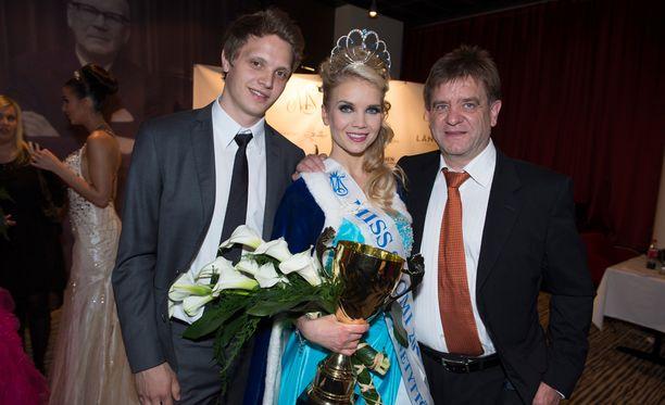 Kristian Näkyvä ja Aki Hintsa iloitsivat Lotan valinnasta Miss Suomeksi keväällä 2013.