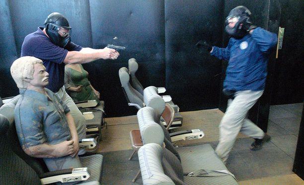 Vapaaehtoiset lentäjät käyvät läpi koulutuksen, jossa heille opetetaan miten taltuttaa lentokonekaappaajia.