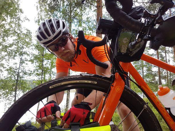 Kauko Patjas suhtautuu rauhallisesti matkaansa, vaikka ei ole kovin kokenut pyöräilijä. Hän havahtui reissun alussa siihenkin, että jos jotakin menee rikki, niin pyörää pitäisi osata huoltaakin.
