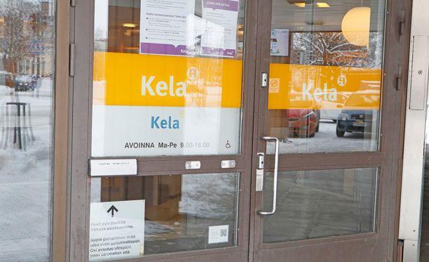 Kiireellisissä tilanteissa Kela kehottaa asioimaan toimistossa tai puhelinpalvelussa, kun muutoin se suosittelee sähköisiä palveluitaan.