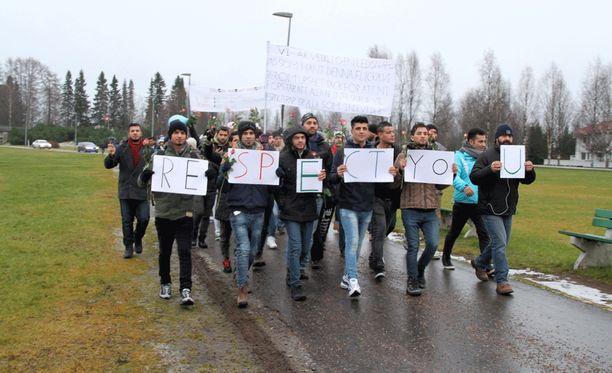 """Turvapaikanhakijoiden käsissä olleet paperit muodostivat yhdessä sanat """"Respect you""""."""