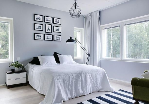 Tässä makuuhuoneessa yleisvalo tulee kattolampusta ja lukuvalo sängyn viereen asetetusta jalkalampusta. Molemmille on oma käyttötarkoituksensa.