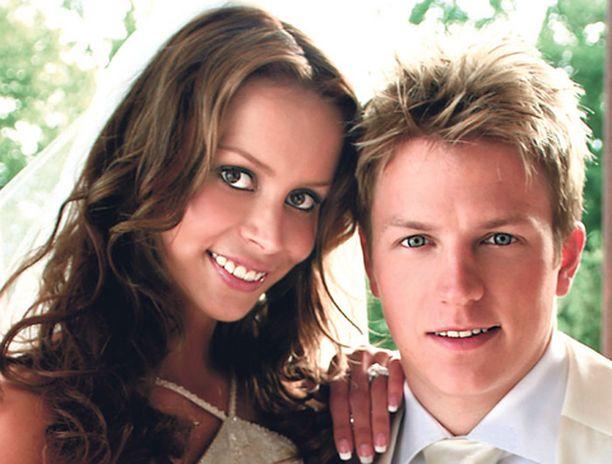 ONNELLISET Jennin ja Kimin häät pidettiin Vanajanlinnassa heinäkuun viimeisenä päivänä 2004.