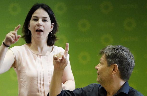 Saksan vihreiden toinen puheenjohtajista, Annalena Baerbock (vas.) totesi ilmastonmuutoksen terveyshaittojen saapuneen Saksaan. Vieressä toinen puheenjohtaja Robert Habeck vihreiden puoluejohdon kokouksessa Berliinissä 17 kesäkuuta 2019.