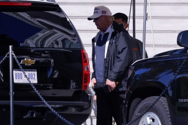 Donald Trump kuvattiin lauantaiaamuna paikallista aikaa lähdössä Valkoisesta talosta pelaamaan golfia.