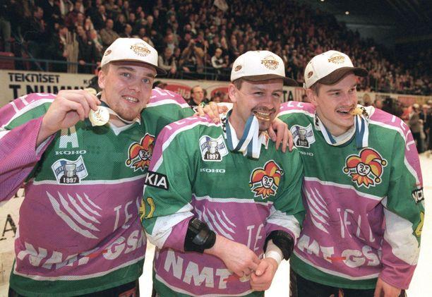 Petri Varis (vas.), Otakar Janecky ja Juha Lind muodostivat Jokerien tehoketjun. Kuvassa he juhlivat mestaruutta vuonna 1997.