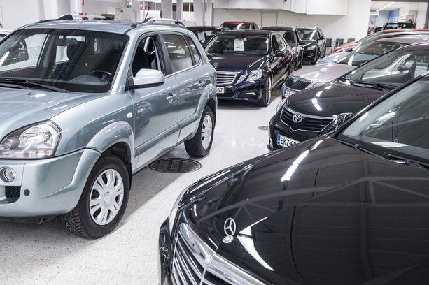 Käytettyjen hintoja pitävät korkealla uusien autojen korkeat autoverot.