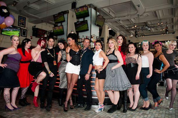 Sini Tarkkista ja muita Pinup-tyttöjä kuvattiin isosti Hard Rock Cafe Stockholmissa.