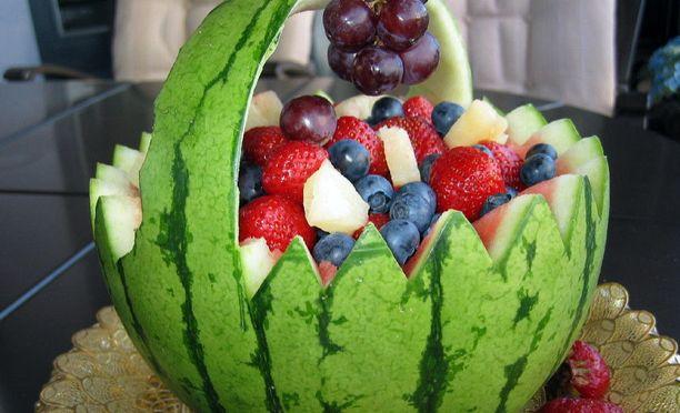 Melonimarjakorin voi täyttää suosikki marjoillaan ja hedelmillään.