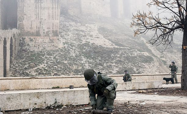 YK:n mukaan syyskuussa sen avustussaattuetta pommitti tahallaan Syyrian ilmavoimat. Iskussa kuoli ainakin kymmenen avustustyöntekijää.