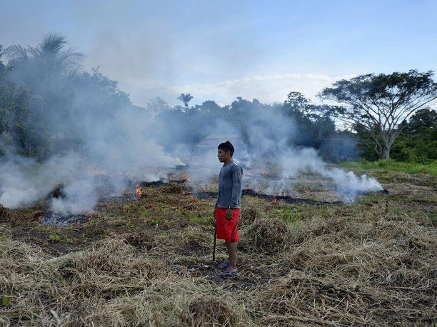Nuori mies polttaa ruohoa Sawrey Jaybun kylässä Paran osavaltiossa.