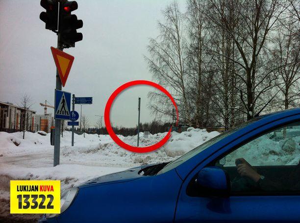 Miehen pää ilmestyi yhtäkkiä lumipenkan takaa. Kuvassa näkyvä henkilö käsitelty tunnistamattomaksi.