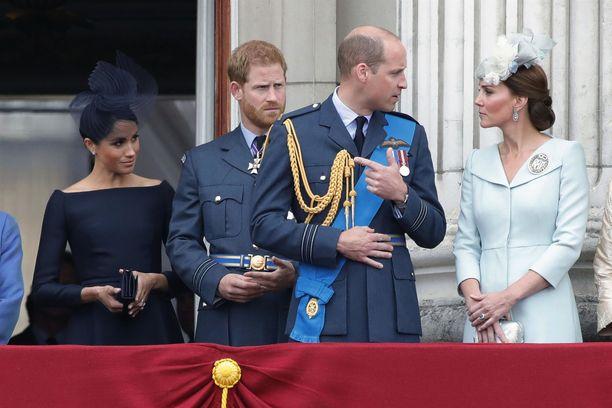 Prinssi William on vaimonsa puolella prinssi Harrya ja herttuatar Meghania vastaan.
