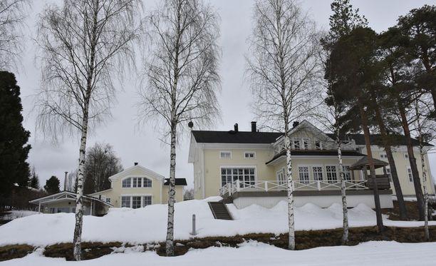 Maila ja Esko Niemelän pihapiirissä on kaksi taloa. Pienempi talo Villa Nietos toimi The Bachelor-ohjelman yhtenä kuvauspaikkana.