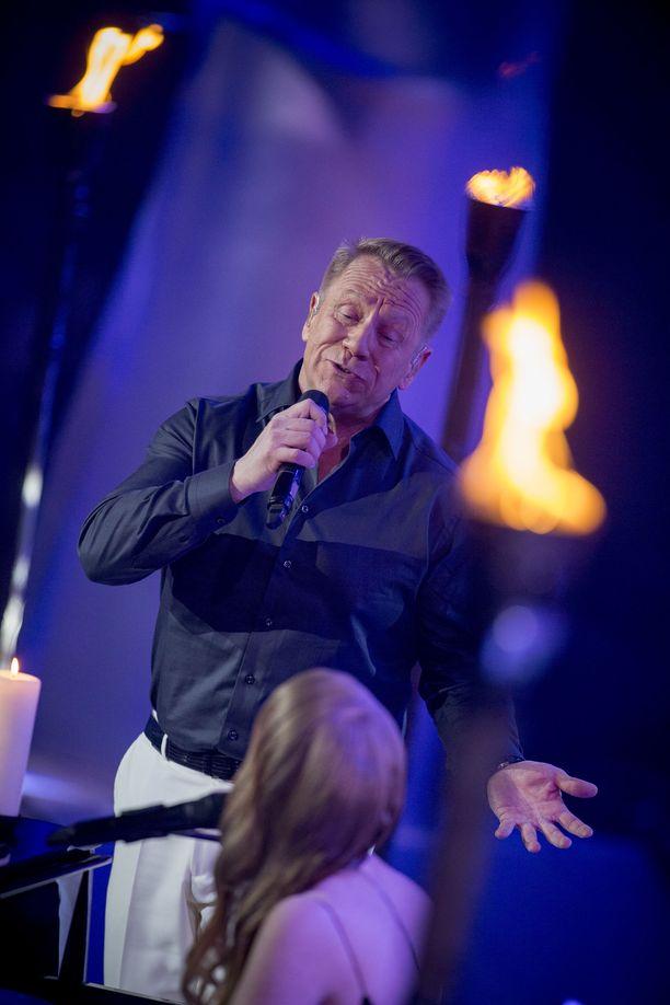 Lindholm esiintyi vuonna 2017 Tiina Nyyssösen kanssa The Voice of Finlandissa.