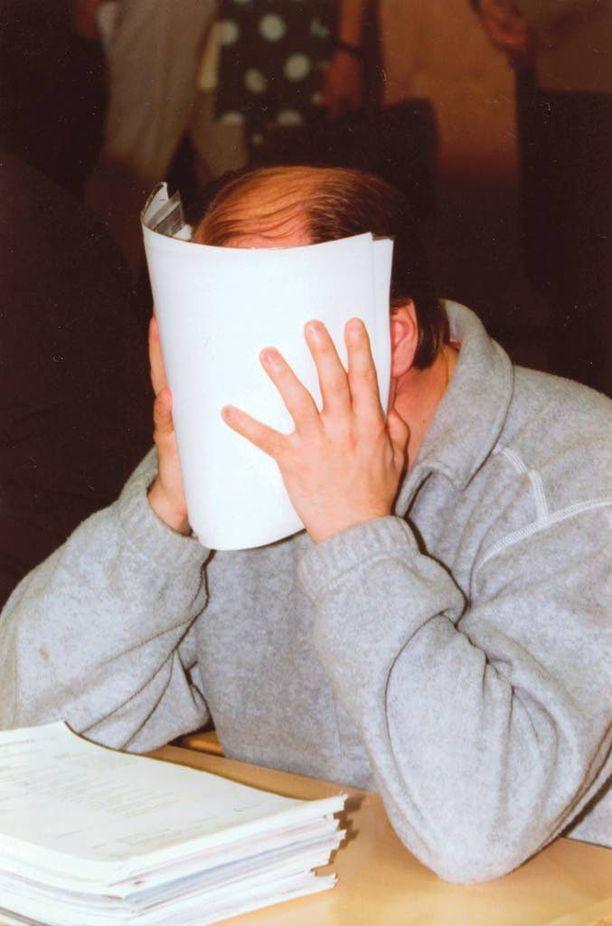 Nimensä muuttanut Jari Pullinen tuomittiin Helsingin käräjäoikeudessa 1995 12 vuodeksi huumeliigan organisoinnista. Kuva on oikeuden istunnon alusta, jolloin Fleischer suojautui mm. Iltalehden kuvaajalta.