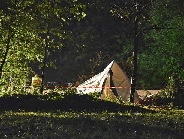 Poliisi tyhjensi telttaleirin tragedian jälkeen.