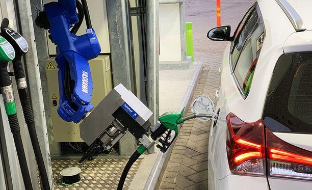 Auto täytyy ennakkoon rekisteröidä palveluun. Polttoainetankin kierrekorkki vaihdetaan samalla korkittomaan luukkuun.