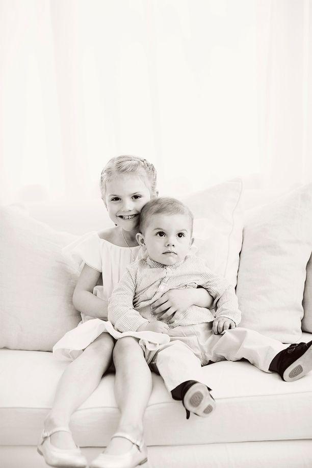 """""""Kruununprinsessan perhe toivottaa hyvää juhannusta"""", lukee kuningasperheen Instagram-julkaisussa."""