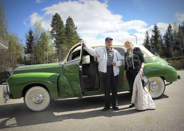 Perniölaiset Torsti (88 v) ja Raili (86 v) Luntama kävivät muistelemassa, millaista oli kyyti Checkerissä. Torsti itse ajoi kyseistä automerkkiä Perniössä 1951-1952.