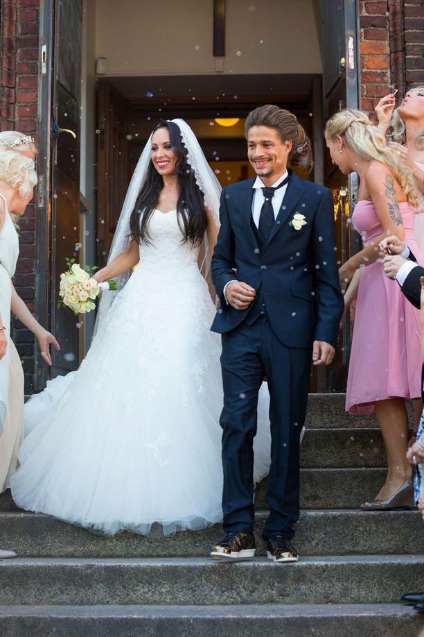 Häikäisevän kaunis Janna hehkui miehensä vierellä kirkon portailla vihkimisen jälkeen.