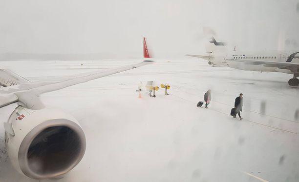 Lumipyry ja tuuli aiheutti ongelmia Helsinki-Vantaalla tiistaina. Matkatavaroiden toimituksessa on tällä hetkellä ongelmia ja matkustajat voivat joutua odottamaan koneissa pitkiä aikoja ulospääsyä.