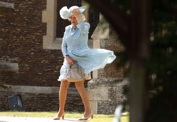 Camillan elegantti leninki oli tehdä tepposet.
