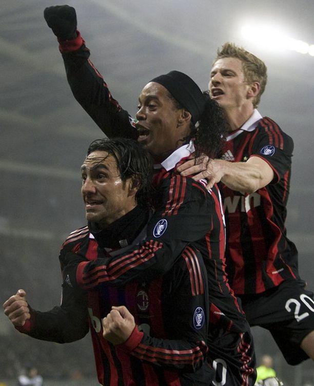 Alessandro Nesta, Ronaldinho ja Ignazio Abate juhlivat maalia.