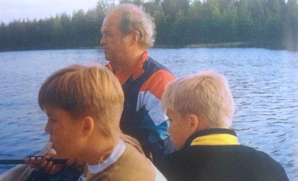 Isän ja veljen kanssa kalassa vuonna 1993.