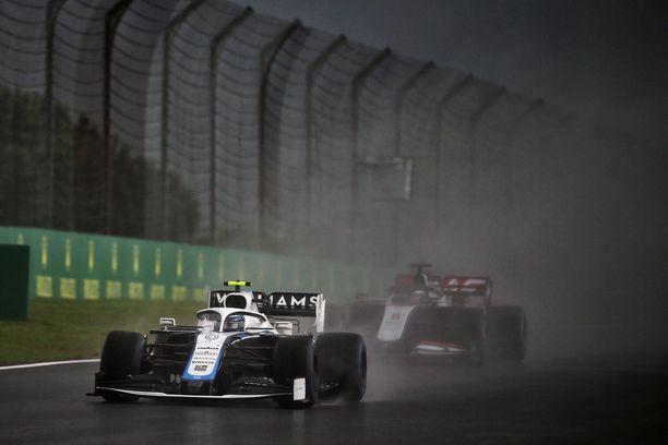 Nicholas Latifin Williamsia siirrettiin traktorin voimin, samalla kun F1-autot saapuivat kohti onnettomuuspaikkaa.