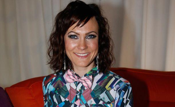 Laulaja Mira Luoti kertoo Facebook-päivityksessään, että on päässyt studiossa vauhtiin. Biisejä on syntynyt kovalla vauhdilla.