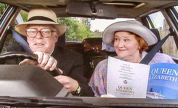 Onneksi Richardilla on Hyacinth, joka osaa neuvoa miestään myös autolla ajamisessa.