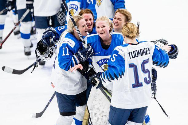 Maalivahti Noora Räty (keskellä) on Suomen kantavia voimia.