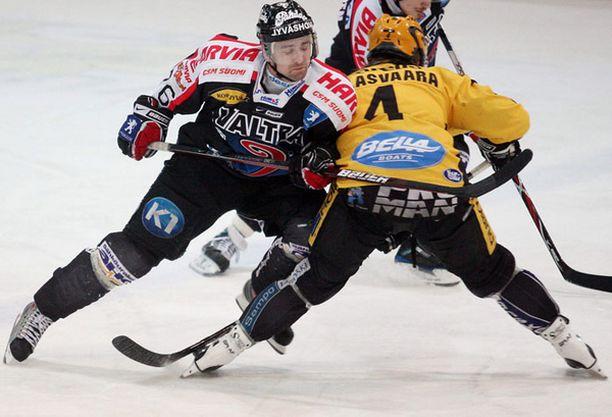KalPan Janne Jalasvaara loukkaantui taklauksessa.