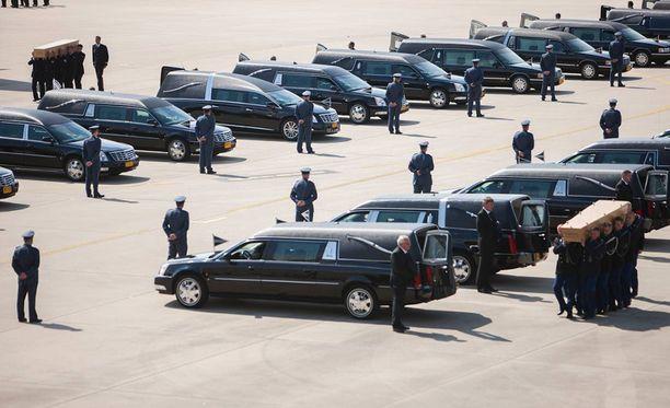 Ruumisautojen rivistö odotti heinäkuun lopulla vuonna 2014 vainajien kotiinkuljetusta Eindhovenin lentokentällä. Valtaosa alasammutun malesialaiskoneen matkustajista oli hollantilaisia.