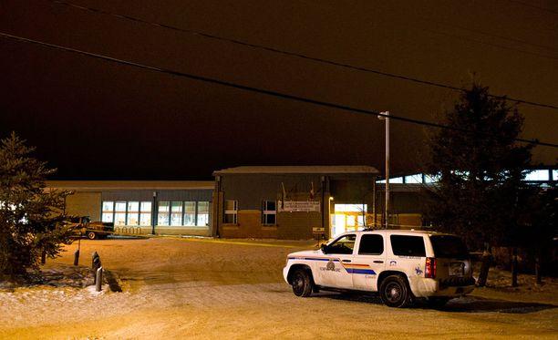 Poliisi tutki lauantaina La Loche Community -koulua, jossa ampuminen tapahtui perjantaina.
