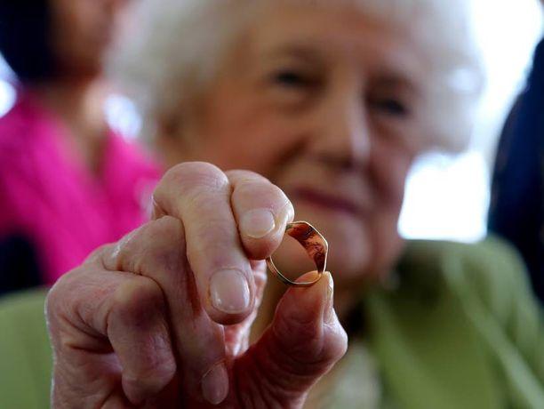 Dorothy Webster, 93, piteli kädessään veljensä vihkisormusta, joka palasi vihdoin kotiin.