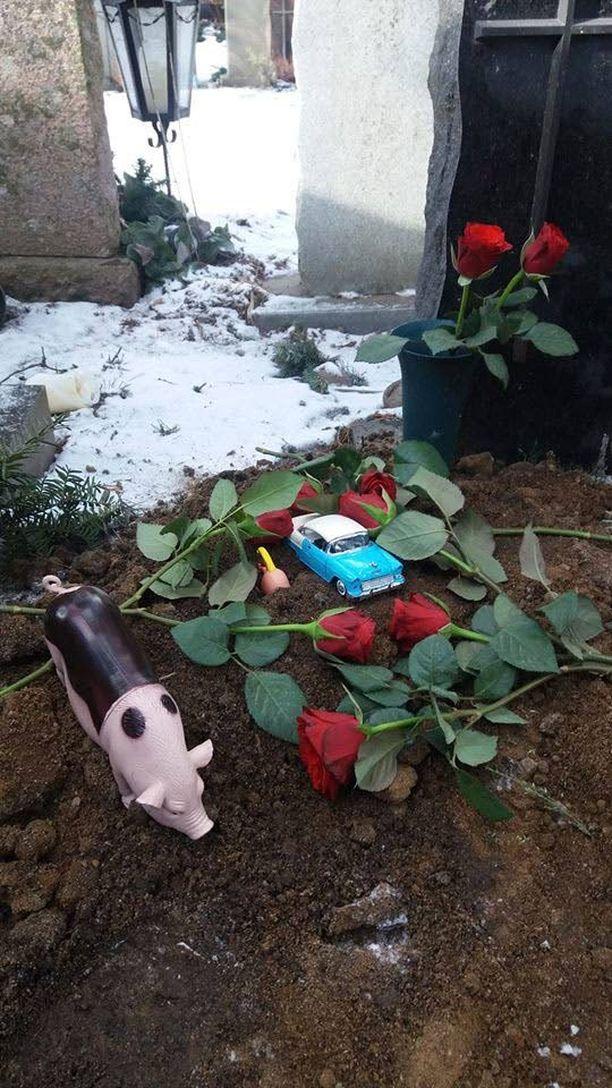 Pojan äiti kertoo, että lapselle on vaikea selittää, miksi joku ottaa muistoesineen haudalta.