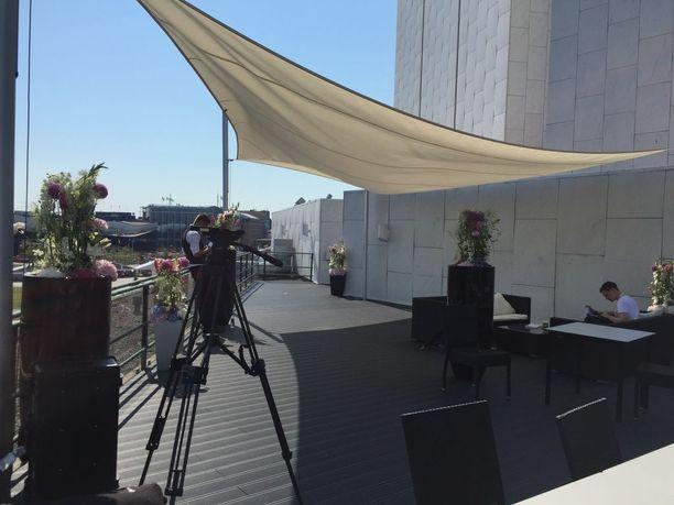 Finlandia-talolta löytyy myös kattoterassi toimittajille, jonne he pääsevät hetkeksi nauttimaan heinäkuisen Helsingin helteistä.