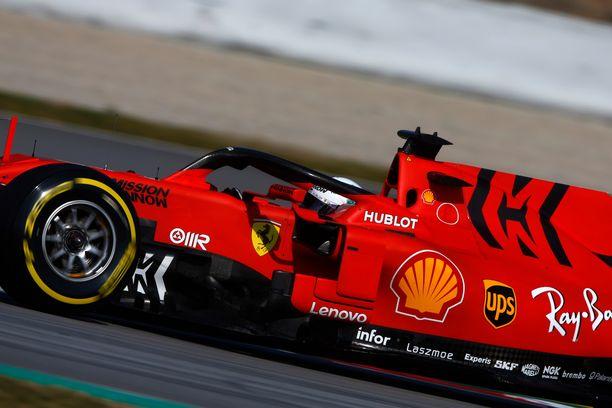Sebastian Vettelin testeissä nähdystä autosta poistuvat oikealla näkyvä logokuvio ja eturenkaan vieressä oleva teksti.